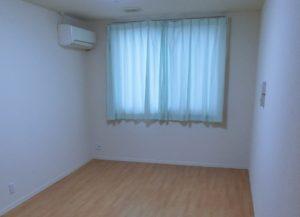 ナチュラルな雰囲気の明るく開放的な居室。(クローバーライフ富士)