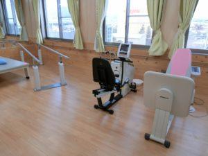 窓の外を眺めながら、リハビリ訓練ができる設備も完備した機能訓練室。