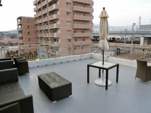 屋上には長泉町を一望できるテラス。気持ちのよい季節にはソファに座って外の空気触れながらゆったりと過ごせます。