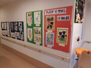 デイサービスで制作した入居者様の作品は施設内に飾られています。(アースヴィレッジ小諏訪)