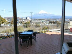 ウッドデッキからは富士山が望めます。(ガーデンテラス白尾台)