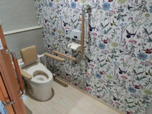 居室の広いトイレには随所に手すりが設置されており、使いやすさに配慮されています。(ガーデンテラス白尾台)