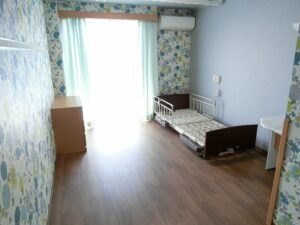 素敵なアクセントクロスが気分を明るくしてくれる居室。エアコンも完備されています。(ガーデンテラス白尾台)
