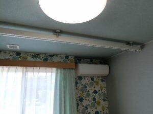 各居室の天井にはリフトレールがあり、入居者様もスタッフもお互いの負担が軽減できます。(ガーデンテラス白尾台)