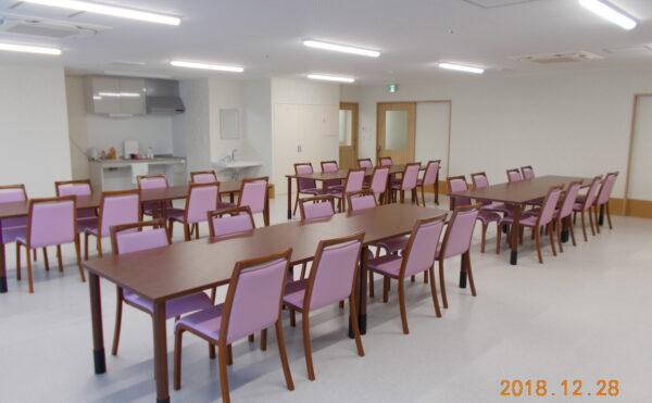 広々した食堂、奥に見えるのが共同キッチンです。