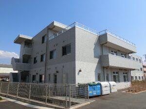 バリアフリーの玄関アプローチ(マ・メゾン三島エスプリーブル)