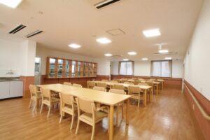 ナチュラルで清潔感のあるインテリアと内装で統一された食堂(ベストライフ富士)