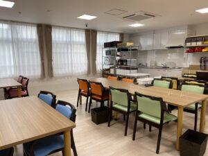 清潔感ある明るい食堂でお食事ができます。(アクアホーム富士厚原)