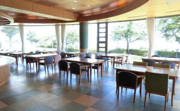 1階食堂です。窓が大きくとても明るい雰囲気で食事が楽しめます。