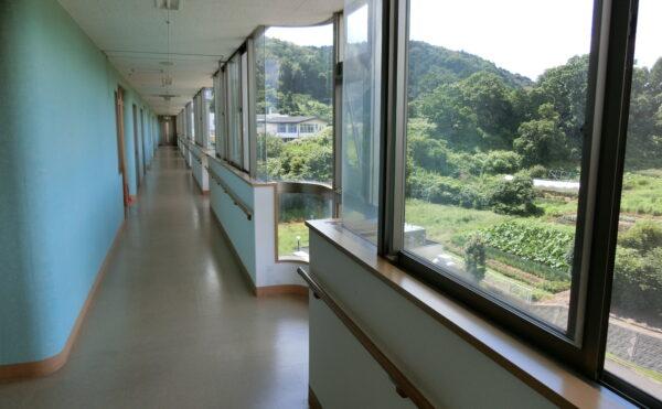 居室からは南側の景色、廊下からは北側の青々とした景色が望めます。