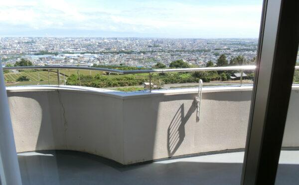 ベランダからの景色です。岩本山近くの標高約100mと綺麗な景色が広がります。