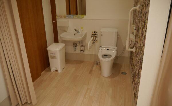 共用のトイレは開口部が広く使いやすい